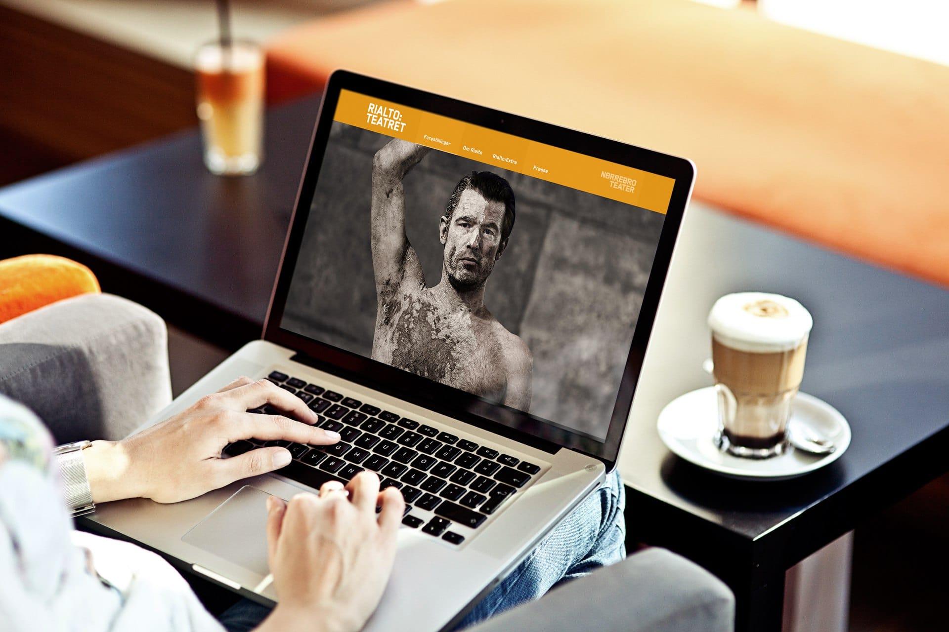 Portfolio case - Design af hjemmeside til Rialto Teatret tidligere Frederiksbergscenen. Sociale feeds, oversigt over forestillinger og bestilling af billetter.